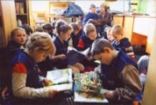 Zajęcia dla uczniów pierwszych klas szkół podstawowych w Bibliotece im. Jarosława Iwaszkiewicza w Obornikach Śląskich, 2007 r. (fot. 2) [Dokument ikonograficzny]