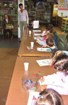 Zajęcia z dziećmi w Dziale dla Dzieci i Młodzieży [Dokument ikonograficzny]