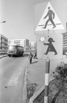 Droga do Szkoły Podstawowej nr 4 (fot. 1) [Dokument ikonograficzny]