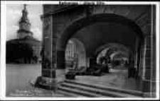 Jelenia Góra - Plac Ratuszowy - podcienia kamieniczek i Ratusz [Dokument ikonograficzny]