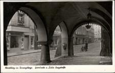 Jelenia Góra - Plac Ratuszowy - podcienia z widoczną ulicą Zamkową [Dokument ikonograficzny]